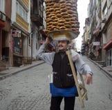 Ένας προμηθευτής πωλεί simit, ένας τύπος τουρκικού ψωμιού, στις οδούς Στοκ εικόνα με δικαίωμα ελεύθερης χρήσης