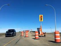 Ένας προσωρινός φωτεινός σηματοδότης έγινε κόκκινος σε ένα εργοτάξιο οικοδομής για τις ανακαινίσεις γεφυρών στοκ φωτογραφία με δικαίωμα ελεύθερης χρήσης