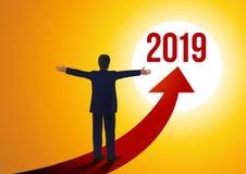 Ένας προϊστάμενος με τις ανοικτές αγκάλες που αντιμετωπίζουν τις προοπτικές του νέου έτους 2019 απεικόνιση αποθεμάτων