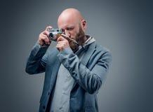 Ένας πυροβολισμός ατόμων με την εκλεκτής ποιότητας κάμερα φωτογραφιών SLR στοκ εικόνα