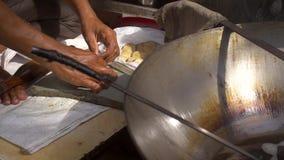 Ένας πυροβολισμός ενός ατόμου που προετοιμάζει τα παραδοσιακά ινδικά τρόφιμα οδών φιλμ μικρού μήκους