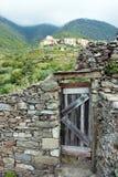 Ένας πυροβολισμός μιας παλαιάς ξύλινης πόρτας σε έναν αρχαίο τοίχο πλακών πετρών στην πόλη Corniglia σε Cinqueterre, Ιταλία στοκ φωτογραφίες