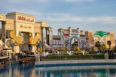 Ένας πυροβολισμός του κόκκινου σημαδιού του Ιράν με το έκθεμα μπλε ουρανού στην παγκόσμια του χωριού αγορά στο Ντουμπάι, Ηνωμένα  στοκ φωτογραφίες