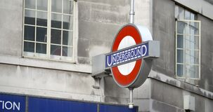 Ένας πυροβολισμός του σημαδιού Μετρό του Λονδίνου απόθεμα βίντεο
