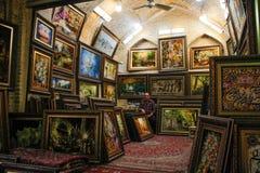 Ένας πωλητής των έργων ζωγραφικής παραδοσιακό σε έναν bazaar στοκ εικόνα με δικαίωμα ελεύθερης χρήσης
