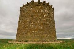 Ένας πύργος αναγνωριστικών σημάτων προειδοποίησης στην κορυφή του πάρκου χωρών λόφων Burton Dassett Στοκ φωτογραφίες με δικαίωμα ελεύθερης χρήσης
