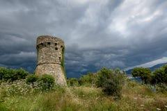 Ένας πύργος πετρών στο σκοτεινό καιρό Στοκ Φωτογραφία