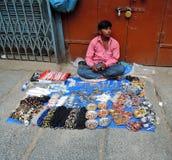 Ένας πλανόδιος πωλητής που πωλεί τα διακοσμητικά στοιχεία Στοκ Φωτογραφία