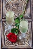 Ένας ρομαντικός εορτασμός για δύο με τη σαμπάνια στοκ φωτογραφίες