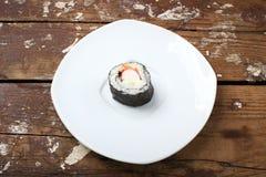 Ένας ρόλος σε ένα άσπρο πιάτο Στοκ φωτογραφία με δικαίωμα ελεύθερης χρήσης