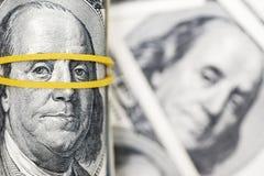 Ένας ρόλος της κινηματογράφησης σε πρώτο πλάνο 100 λογαριασμών δολαρίων σε έναν σωρό των αμερικανικών δολαρίων Υπόβαθρο από τα τρ στοκ φωτογραφίες με δικαίωμα ελεύθερης χρήσης