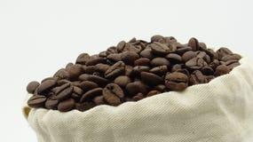 Ένας σάκος με τα ψημένα φασόλια καφέ στο άσπρο υπόβαθρο στοκ φωτογραφία με δικαίωμα ελεύθερης χρήσης