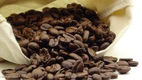 Ένας σάκος με τα ψημένα φασόλια καφέ στοκ εικόνες με δικαίωμα ελεύθερης χρήσης