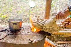 Ένας σαμάνος που καίει το δέρμα του αρμαδίλου, που προετοιμάζει τα τρόφιμα για το μεσημεριανό γεύμα που χρησιμοποιεί την πυρκαγιά Στοκ φωτογραφίες με δικαίωμα ελεύθερης χρήσης