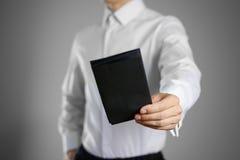 Ένας σερβιτόρος στο λευκό κενό σαφή Μαύρο εκμετάλλευσης πουκάμισων αυτή Στοκ φωτογραφίες με δικαίωμα ελεύθερης χρήσης