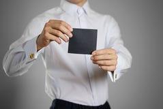 Ένας σερβιτόρος στο λευκό κενό σαφή Μαύρο εκμετάλλευσης πουκάμισων αυτή Στοκ Εικόνες