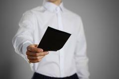 Ένας σερβιτόρος στο λευκό κενό σαφή Μαύρο εκμετάλλευσης πουκάμισων αυτή Στοκ Εικόνα