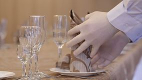Ένας σερβιτόρος τακτοποιεί την πετσέτα στο πιάτο απόθεμα βίντεο