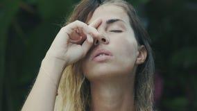 Ένας σε αργή κίνηση πυροβολισμός κινηματογραφήσεων σε πρώτο πλάνο μιας νέας Ευρωπαίας γυναίκας κρατά ήπια τα άκρα δακτύλου της πέ απόθεμα βίντεο