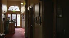 Ένας σκοτεινός διάδρομος που πυροβολείται με το φως στο τέλος απόθεμα βίντεο
