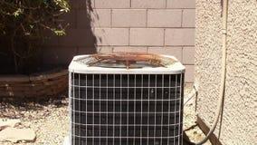 Ένας σκουριασμένος συμπυκνωτής κλιματιστικών μηχανημάτων απόθεμα βίντεο