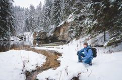Ένας σκύβοντας οδοιπόρος από το χειμερινό ποταμό vol2 Στοκ εικόνα με δικαίωμα ελεύθερης χρήσης