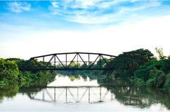 Ένας σταυρός γεφυρών σιδηροδρόμων πέρα από τον ποταμό στην επαρχία της Ταϊλάνδης Στοκ Εικόνες