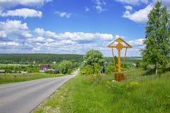 Ένας σταυρός στην αρχή του χωριού στο βουνό Στοκ εικόνες με δικαίωμα ελεύθερης χρήσης
