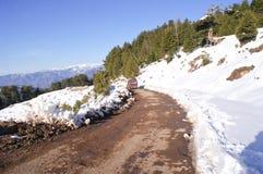 Ένας στενής διόδου μέσω των χιονισμένων βουνών Στοκ φωτογραφία με δικαίωμα ελεύθερης χρήσης