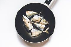 Ένας στενός επάνω πυροβολισμός των ψαριών μέσα σε ένα τηγανίζοντας τηγάνι Στοκ Εικόνες