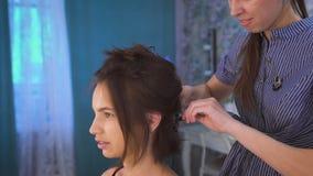 Ένας στιλίστας τρίχας που προετοιμάζει την όμορφη νύφη πριν από το γάμο ένα πρωί απόθεμα βίντεο