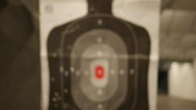 Ένας στόχος σκιαγραφιών σε μια σειρά πυροβόλων όπλων γλιστρά προς τη κάμερα - κανονική έκδοση απόθεμα βίντεο
