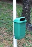 Ένας συλλέκτης απορριμάτων σε ένα πάρκο στοκ εικόνες με δικαίωμα ελεύθερης χρήσης