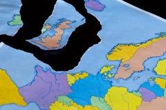 Ένας σχισμένος χάρτης εγγράφου που συμβολίζει το UK που αφήνει την Ευρωπαϊκή Ένωση ή το Brexit στοκ φωτογραφία με δικαίωμα ελεύθερης χρήσης