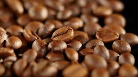 Ένας σωρός της ψημένης περιστροφής φασολιών καφέ κλείστε επάνω φιλμ μικρού μήκους