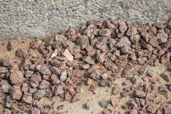 Ένας σωρός του αμμοχάλικου βρίσκεται κοντά στη συγκράτηση στοκ φωτογραφίες με δικαίωμα ελεύθερης χρήσης