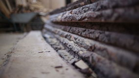 Ένας σωρός του μη τροχίσματος των ξύλινων πινάκων φιλμ μικρού μήκους
