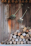 Ένας σωρός του ξύλου στην αποθήκευση καμπινών της γεωργίας αγροτών Στοκ Εικόνα