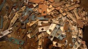 Ένας σωρός του παλιοσίδερου που βρίσκεται στο πάτωμα στο υπόγειο απόθεμα βίντεο