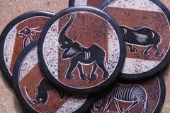 Ένας σωρός των ακτοφυλάκων πετρών από την Αφρική με τα χρωματισμένα ζώα στην κορυφή στοκ φωτογραφίες με δικαίωμα ελεύθερης χρήσης