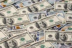 ένας σωρός των αμερικανικών λογαριασμών εκατό-δολαρίων εγγράφου ως στοιχείο του παγκόσμιου οικονομικού συστήματος στοκ φωτογραφία