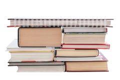 Ένας σωρός των βιβλίων που απομονώνονται στο άσπρο υπόβαθρο Στοκ εικόνες με δικαίωμα ελεύθερης χρήσης