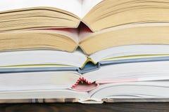 Ένας σωρός των βιβλίων hardcover στοκ φωτογραφίες με δικαίωμα ελεύθερης χρήσης