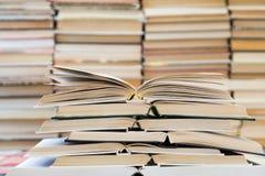 Ένας σωρός των βιβλίων με τις ζωηρόχρωμες καλύψεις Η βιβλιοθήκη ή το βιβλιοπωλείο Βιβλία ή εγχειρίδια Εκπαίδευση και ανάγνωση στοκ εικόνα