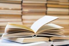 Ένας σωρός των βιβλίων με τις ζωηρόχρωμες καλύψεις Η βιβλιοθήκη ή το βιβλιοπωλείο Βιβλία ή εγχειρίδια Εκπαίδευση και ανάγνωση στοκ εικόνα με δικαίωμα ελεύθερης χρήσης