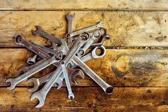 Ένας σωρός των γαλλικών κλειδιών στον ξύλινο πίνακα Στοκ εικόνα με δικαίωμα ελεύθερης χρήσης