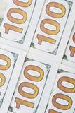 Ένας σωρός των λογαριασμών εκατό δολαρίων ως υπόβαθρο Ο σωρός του δολαρίου εκατό τιμολογεί το νέο σχέδιο Υπόβαθρο 100 νέων λογαρι στοκ φωτογραφία με δικαίωμα ελεύθερης χρήσης
