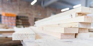 Ένας σωρός των ξύλινων φραγμών Ξύλινη κατασκευή πριονιστήριο Εργαστήριο ξυλουργικής στοκ φωτογραφία με δικαίωμα ελεύθερης χρήσης