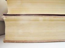 Ένας σωρός των παλαιών βιβλίων στην άσπρη επιφάνεια Στοκ φωτογραφίες με δικαίωμα ελεύθερης χρήσης