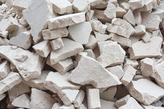 Ένας σωρός των πετρών Ασυνήθιστο υπόβαθρο από τα σπασμένα γκρίζα τούβλα Στοκ εικόνες με δικαίωμα ελεύθερης χρήσης